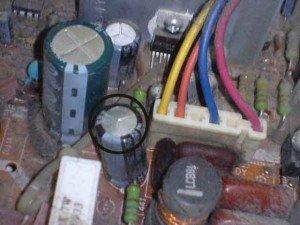 Capasitor-vertikal-output-mainboard-televisi-Sanyo-CG21MS22-300x225