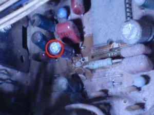 Capasitor dengan tanda lingkaran merah
