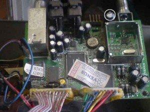 lingkaran-putihcapasitor-filter-tegangan-33-volt-satellite-receiver-Venus-300x225