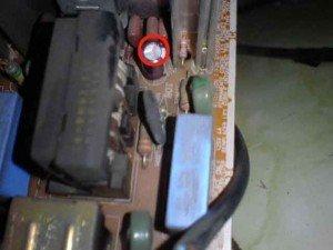 Capasitor B-up dengan tanda lingkaran merah