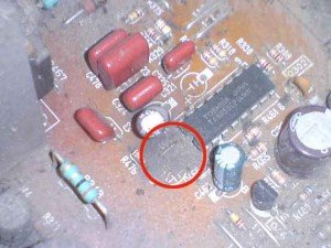 driver vertikal / Cairan bekas capasitor dengan tanda lingkaran merah